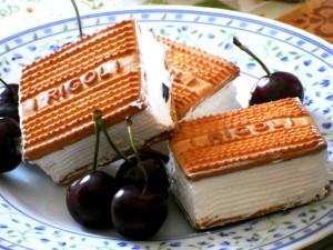 Gelato biscotto al mascarpone con ciliegie