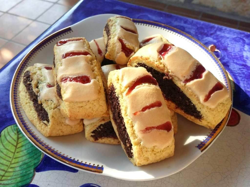 Biscotti all'amarena con riciclo di pandoro