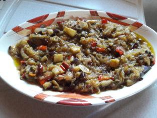 Caponata siciliana con melanzane peperoni e cipolle