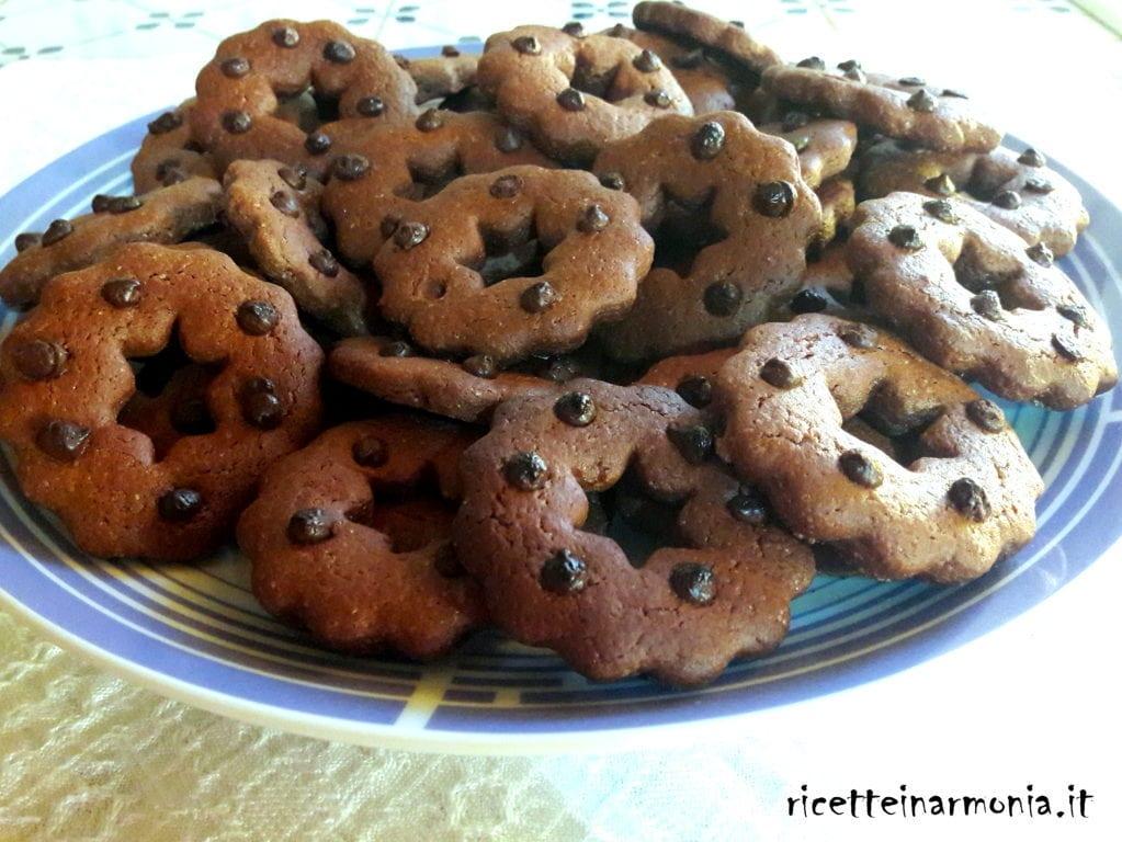 Frollini al cacao con gocce di cioccolato