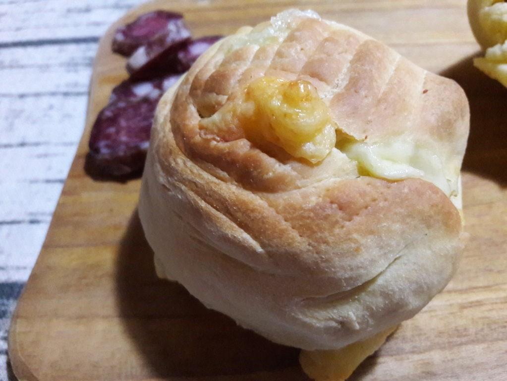 Cucche siciliane formaggio e salsiccia
