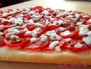 Pizza al pomodoro fresco
