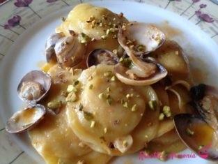 Lunette con vongole e pistacchio