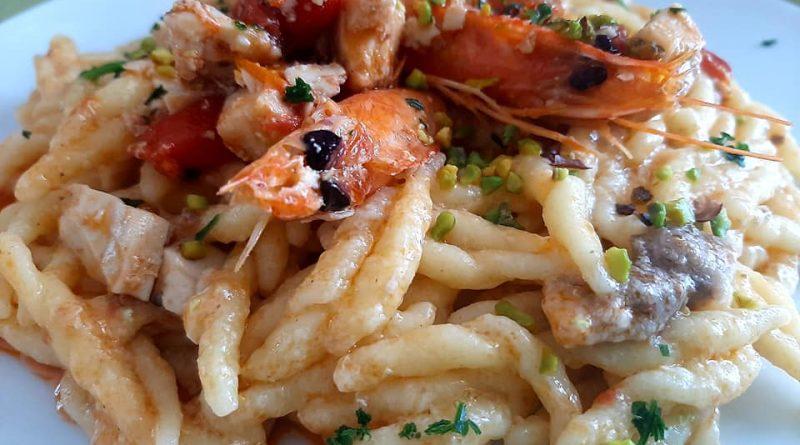 Trofie al pesce spada mazzancolle pomodorini e pistacchio